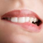 Por que algumas pessoas tem o hábito de morder os lábios?