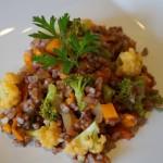 Risoto de arroz vermelho com legumes
