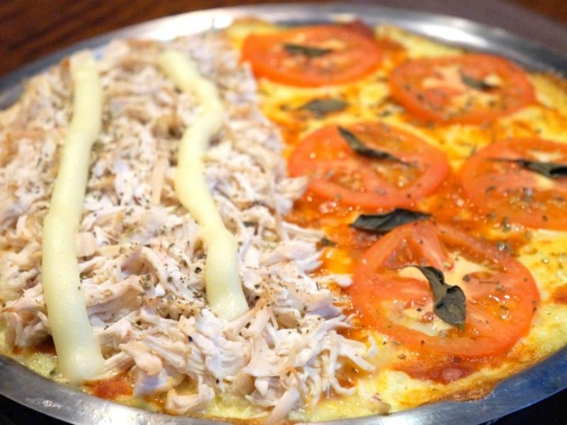 Pizza low carb com massa de couve-flor