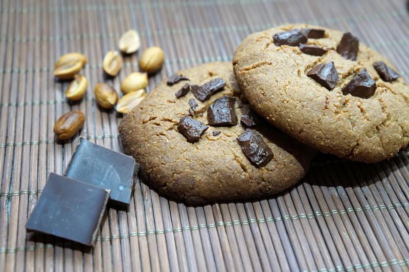 Cookie proteico de chocolate e amendoim